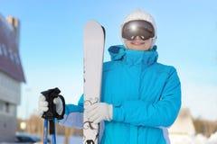 Mujer que sonríe y que celebra el esquí La estación de esquí Fotos de archivo