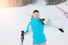 Mujer que sonríe y que celebra el esquí La estación de esquí Fotografía de archivo