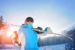 Mujer que sonríe y que celebra el esquí La estación de esquí Imagenes de archivo