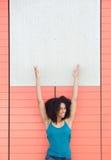 Mujer que sonríe y que señala al cartel en blanco Imágenes de archivo libres de regalías