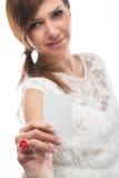 Mujer que soporta una pizarra en blanco Fotografía de archivo