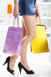 Mujer que sostiene bolsos de compras coloridos Fotos de archivo libres de regalías