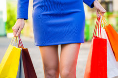 Mujer que sostiene bolsos de compras Shopaholic al aire libre Imagen de archivo libre de regalías