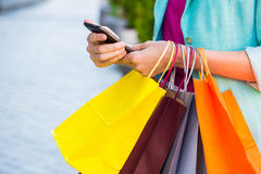 Mujer que sostiene bolsos de compras Shopaholic al aire libre Imagen de archivo