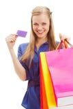 Mujer que sostiene bolsos y la tarjeta de compras Imágenes de archivo libres de regalías