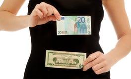 Mujer que sostiene diversos billetes de banco aislados en blanco Imagen de archivo libre de regalías