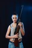 Mujer que sostiene el arma imagenes de archivo