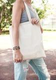 Mujer que sostiene el bolso vacío de la lona Mofa de la plantilla para arriba fotos de archivo