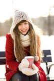 Mujer que sostiene el café caliente el día de invierno Fotos de archivo libres de regalías