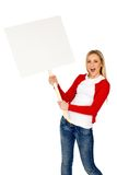 Mujer que sostiene el cartel en blanco Imagenes de archivo