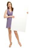 Mujer que sostiene el cartel en blanco Fotos de archivo