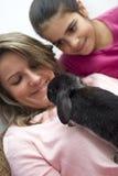 Mujer que sostiene el conejo Foto de archivo libre de regalías