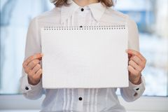 Mujer que sostiene el cuaderno en blanco del anillo-límite Imagenes de archivo