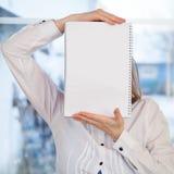 Mujer que sostiene el cuaderno en blanco del anillo-límite Foto de archivo libre de regalías