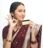 Mujer que sostiene el de la tarjeta de crédito Fotografía de archivo libre de regalías