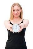 Mujer que sostiene el despertador Imagenes de archivo
