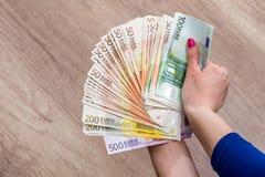 Mujer que sostiene el dinero Foto de archivo libre de regalías