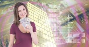 Mujer que sostiene el dinero y la casa con la situación económica financiera Imágenes de archivo libres de regalías