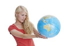 Mujer que sostiene el globo Fotos de archivo