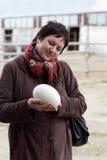 Mujer que sostiene el huevo de la avestruz Fotos de archivo libres de regalías