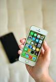 Mujer que sostiene el iPhone blanco 5S de Apple fotos de archivo