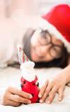 Mujer que sostiene el juguete de Papá Noel disponible fotos de archivo