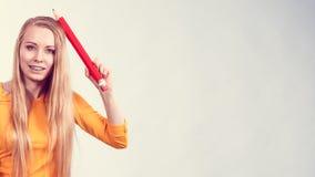 Mujer que sostiene el lápiz grande Foto de archivo libre de regalías