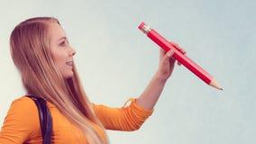 Mujer que sostiene el lápiz grande Imágenes de archivo libres de regalías