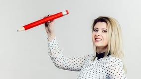 Mujer que sostiene el lápiz grande Foto de archivo