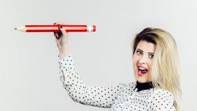 Mujer que sostiene el lápiz grande Fotografía de archivo libre de regalías