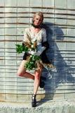 Mujer que sostiene el manojo de wildflowers Imagenes de archivo