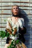 Mujer que sostiene el manojo de wildflowers Fotos de archivo