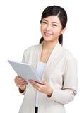 Mujer que sostiene el ordenador de la tablilla Fotografía de archivo libre de regalías