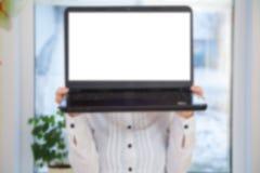 Mujer que sostiene el ordenador portátil Fotografía de archivo libre de regalías