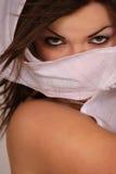 Mujer que sostiene el pañuelo blanco Fotografía de archivo