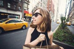 Mujer que sostiene el panier en Soho, Manhattan, Nueva York Foto de archivo