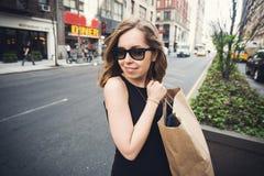 Mujer que sostiene el panier en Soho, Manhattan, Nueva York Imagen de archivo libre de regalías