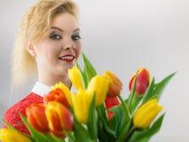 Mujer que sostiene el ramo de flores de los tulipanes Fotos de archivo