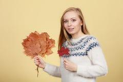 Mujer que sostiene el ramo hecho de las hojas de otoño fotografía de archivo libre de regalías