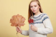 Mujer que sostiene el ramo hecho de las hojas de otoño foto de archivo libre de regalías