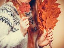 Mujer que sostiene el ramo hecho de las hojas de otoño fotos de archivo libres de regalías