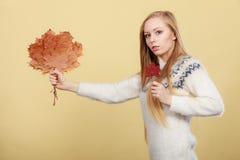 Mujer que sostiene el ramo hecho de las hojas de otoño fotografía de archivo