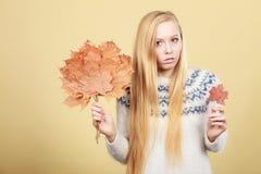 Mujer que sostiene el ramo hecho de las hojas de otoño imagenes de archivo