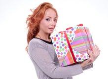 Mujer que sostiene el rectángulo de regalo Foto de archivo