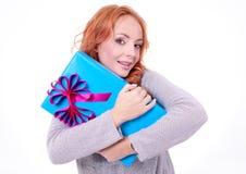 Mujer que sostiene el rectángulo de regalo Fotografía de archivo libre de regalías