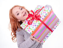 Mujer que sostiene el rectángulo de regalo Imagen de archivo libre de regalías