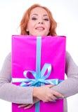 Mujer que sostiene el rectángulo de regalo Imagenes de archivo