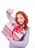 Mujer que sostiene el rectángulo de regalo Foto de archivo libre de regalías