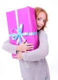 Mujer que sostiene el rectángulo de regalo Fotografía de archivo