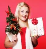 Mujer que sostiene el regalo y el árbol Fotos de archivo libres de regalías